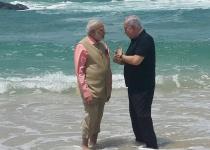 BFF: נתניהו ומודי משכשכים רגליים בחוף אולגה