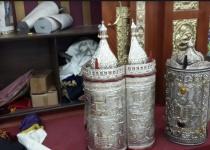 בית הכנסת נפרץ, ספרי התורה הושחתו והושלכו מהחלון