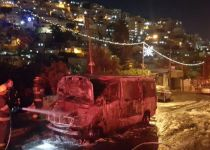 תיעוד: מחבלים שורפים רכב אבטחה בסילוואן. צפו