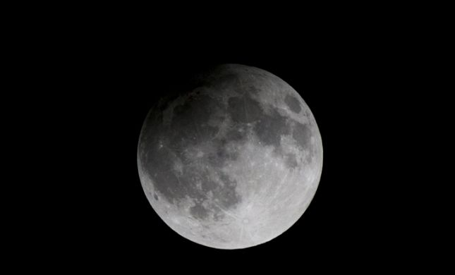"""נאס""""א בהודעה דרמטית: """"מצאנו מים על הירח"""""""