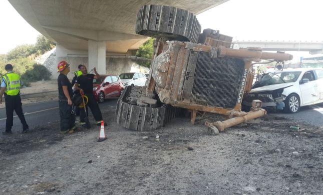נס מתחת לגשר: טרקטור נפל ממשאית על מכונית
