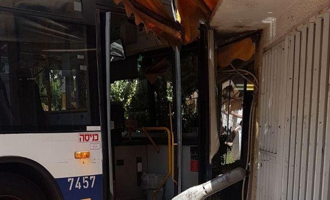 האוטובוס נכנס לבית הקפה; נגמר בנס ומקום הפוך