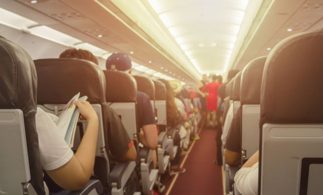 למה חברות התעופה מצופפות אותנו כמו סרדינים?
