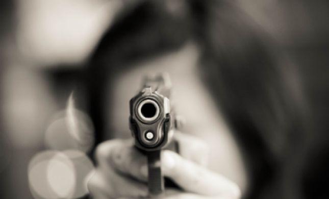 אימה בכיפור: כיוון אקדח לעבר המתפללים שנמלטו