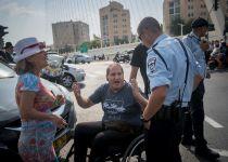 לראשונה, המשטרה מחלקת דוחות לנכים שחוסמים כבישים