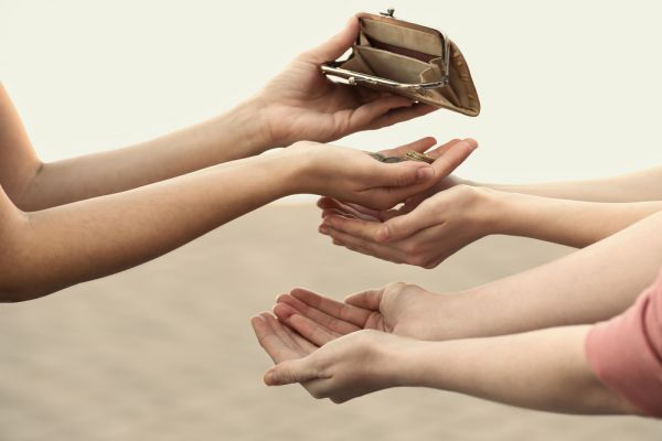 טוב לתרום כפרות לנזקק ומה עם לעזור לו כל השנה?