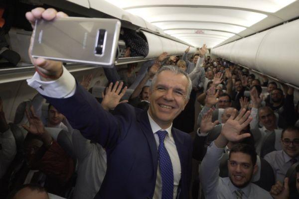 באמצע הטיסה: 200 נוסעים קיבלו גלקסי חדש מתנה