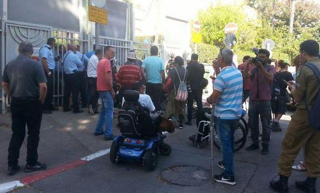 """הגיעו לבלפור: מחאת הנכים מול בית רה""""מ"""