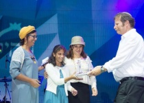 """בת 14 עם שיתוק מוחין עשתה סיום ללימוד ספר המצוות לרמב""""ם"""