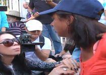 צפו: חברה של שרה נתניהו מחלקת כסף לנכים