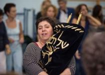 ריקוד נשים עם ספר תורה? אל תשנו את סדרי עבודת ה'