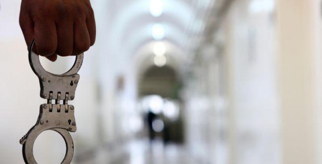 """השב""""ס יפצה אסיר בגין חיפוש בעירום שבוצע בו"""