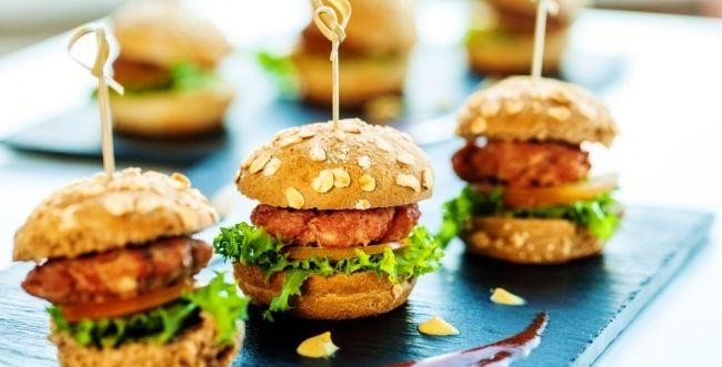 מהיר וטעים: מתכון למיני המבורגר פיקנטי שכיף להכין