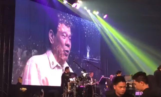 לבקשת טראמפ: נשיא הפיליפינים שר דואט