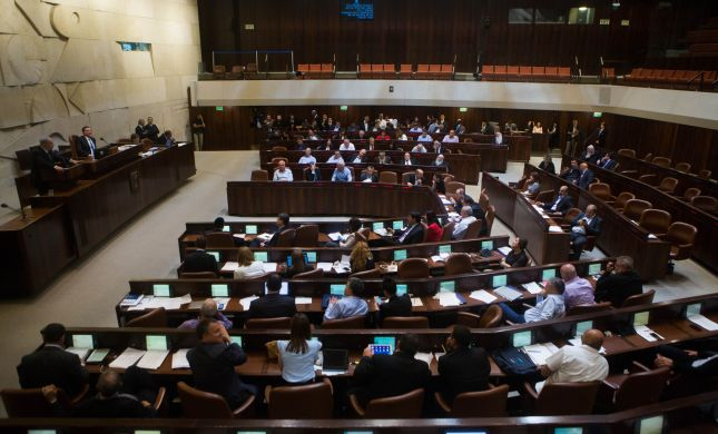 """נגד הקואליציה • באופוזיציה תוקפים: """"חוקי שחיתות"""""""