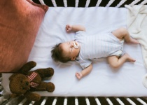 טרגדיה • שוב: תינוק כבן שנה לא התעורר משנתו