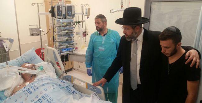 הרב לאו ביקר את הפצוע מפיגוע הדקירה בירושלים