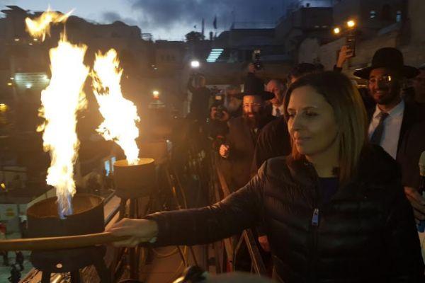 התמונה מוכיחה: השרה גמליאל הדליקה את השמש