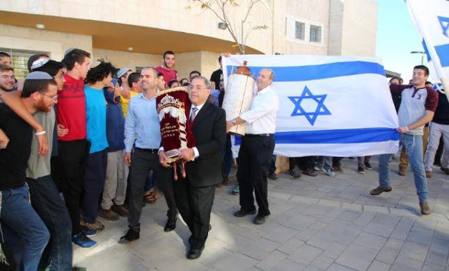 מרגש: התלמידים הכניסו ארון קודש לזכר רבם שנרצח