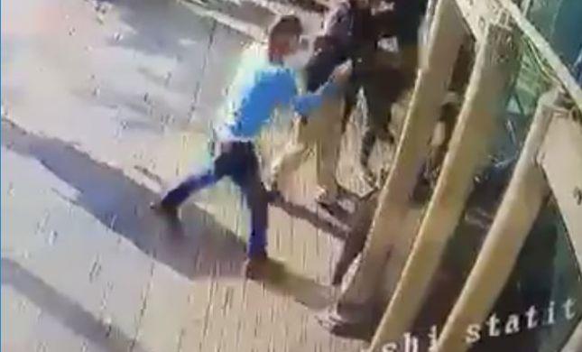 פושט מעיל, דוקר ובורח: צפו בתיעוד פיגוע הדקירה