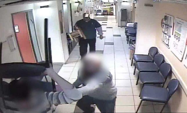 בכיסאות ואגרופים: 4 חרדים תוקפים רופא בקופת חולים