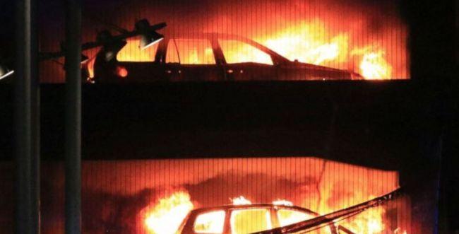 הרס בבריטניה: אלפי רכבים עלו באש בחניון ציבורי