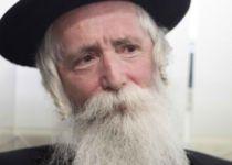 צפו: הרב גרוסמן מסביר למה נישק כומר במטוס