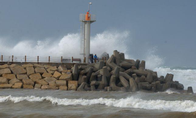 הרצליה: גולש כבן 70 חולץ לאחר שנסחף לשובר הגלים