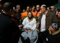 האב הפצוע הגיע באלונקה לקבור את ילדיו הקטנים
