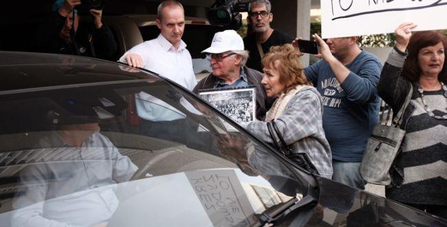 """מחאה בשגרירות פולין: """"לא נשכח מה עשיתם"""""""