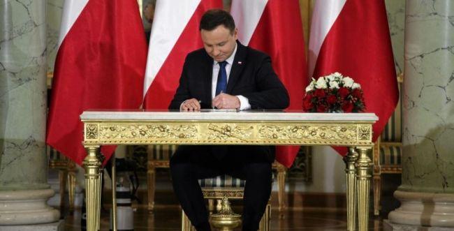 """האם ארה""""ב תטיל סנקציות על פולין בגלל חוק השואה?"""