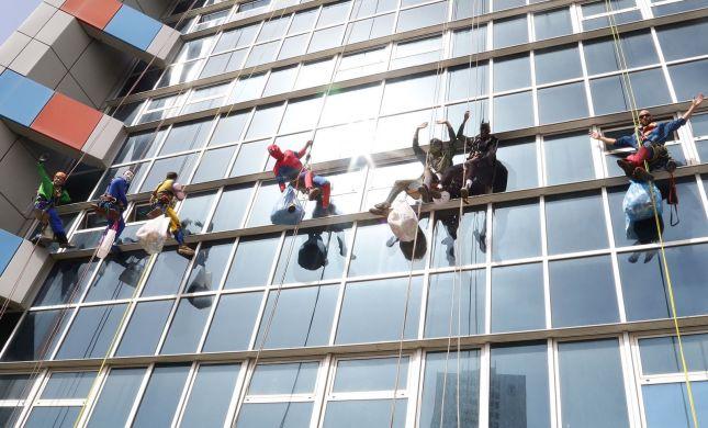 גיבורי היום: מנקי החלונות שהפתיעו את החולים•צפו