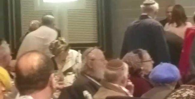 כך נגרר באלימות משתתף מבוגר שהפריע בכנס בשבע