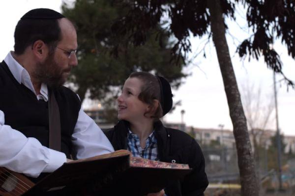 צפו: אהרן רזאל חושף את הלימוד עם ילדיו בקליפ חדש