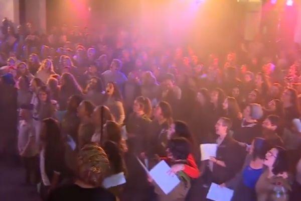 צפו: מאות בנות סרוגות בתשובה לרבנים