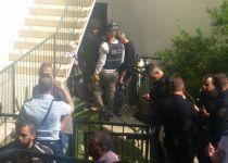 דרמה בחיפה: פצע שוטר במסור נמלט והתבצר בדירה