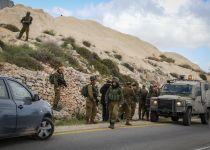 פלסטינים שדדו רכב מישראלית בכביש 5 ונמלטו לכפרם