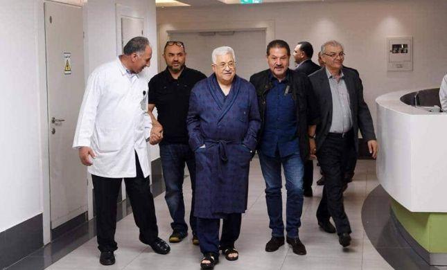 """קורא עיתון ובחלוק פרחוני: אבו מאזן בתיעוד מביה""""ח"""