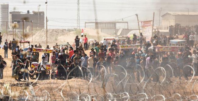 הרוג 1 וכ-100 פצועים בהפגנות פלסטינים בגבול עזה