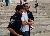 """צפו: הניף דגל ארה""""ב בהר הבית- ונעצר"""
