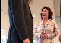 """תיעוד: אישה תוקפת חב""""דניק בשדה התעופה"""