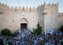 ריקוד דגלים: לצעוד בכבוד, גם ברובע המוסלמי. צפו