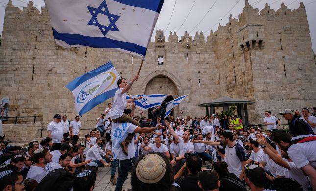 גלריית ענק: ריקוד דגלים בעיר העתיקה