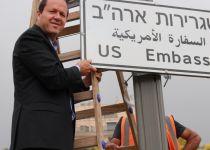 """זה מתקרב: נתלו השלטים לשגרירות ארה""""ב בירושלים"""
