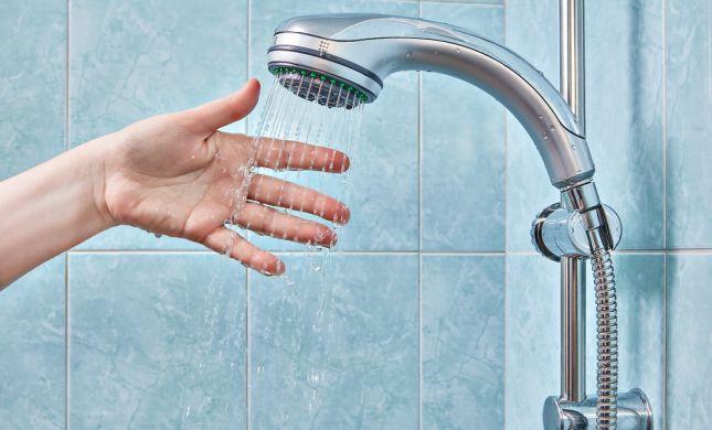אתם מתבקשים לקצר את המקלחת ב-2 דקות