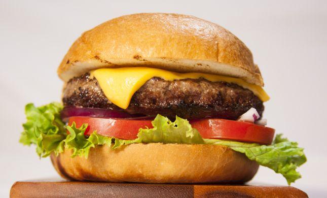 הלם: איך הרבנות העניקה כשרות לצ'יזבורגר?