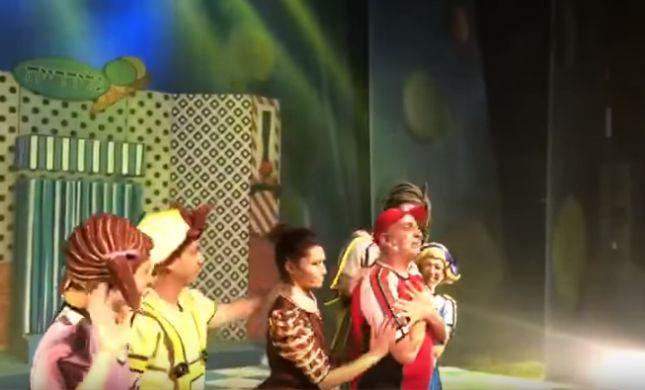 צפו: יובל המבולבל פורץ בדמעות על הבמה