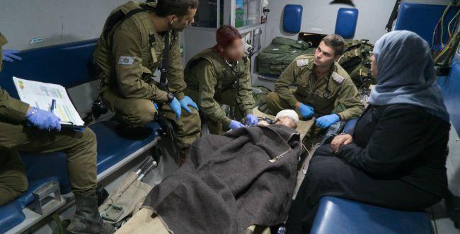 """צפו: צה""""ל מטפל בפצועים סורים שהועברו לישראל"""