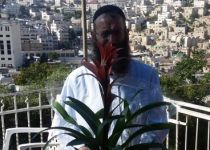 """""""תודה"""": ברוך מרזל העניק לרון חולדאי זר פרחים"""