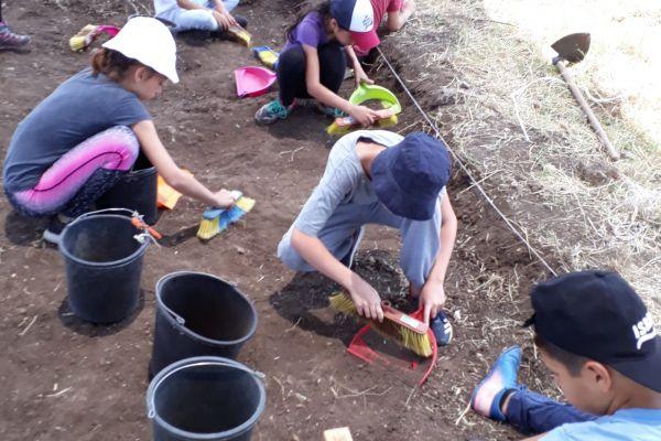 תלמידים מצאו בשרון מטבע בן כ-1,700 שנה